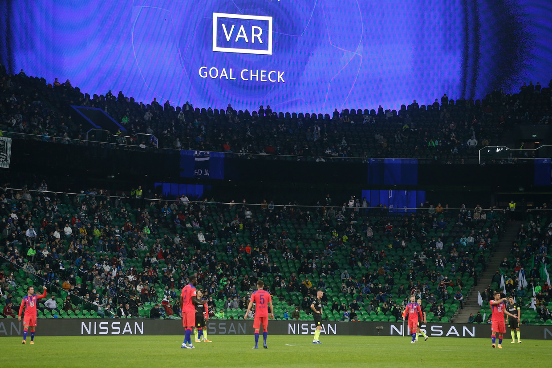 VAR-moment tijdens de Champions League-wedstrijd Krasnodar-Chelsea, deze week.
