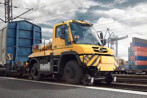 Een Unimog met 2-wegs-uitrusting: een handige spoorauto om stilvallende treinen te redden