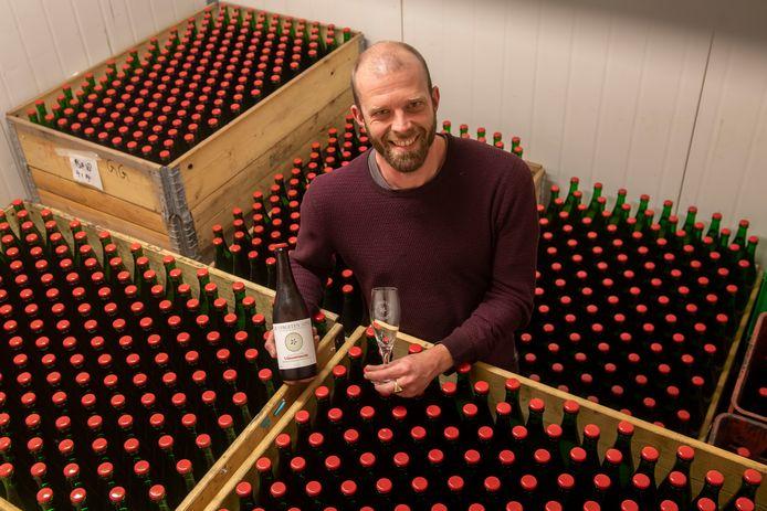 De koelcel van Johan Holleman staat vol cider in de kenmerkende groene flessen met rode dop.
