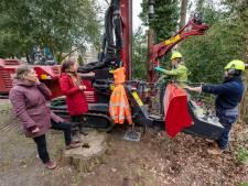 Boor gaat tien meter de grond in om Ellecomse kinderen met water te kunnen laten kliederen