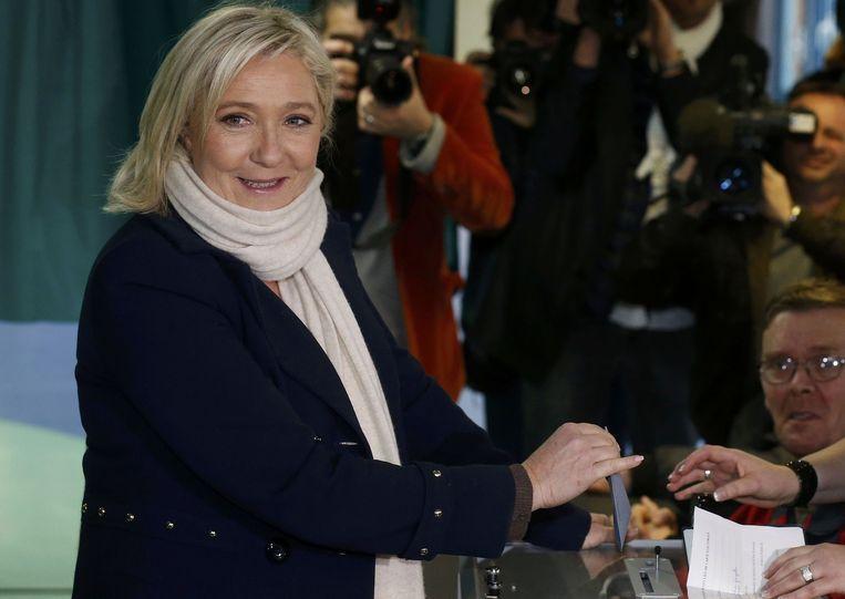 Marine Le Pen brengt haar stem uit in Hénin-Beaumont. Beeld REUTERS