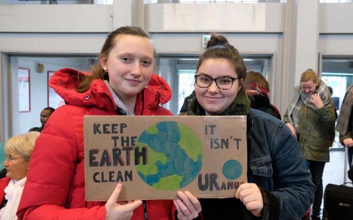 Voor Jaëlle Verhulst (18) uit Harelbeke en Febe Dewitte (16) uit Stasegem was het hun eerste klimaatmars.