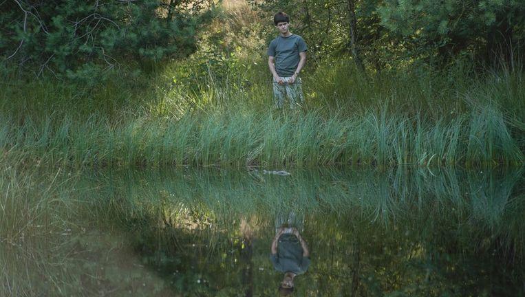 In 'De poel' krijgt de duistere geschiedenis van het meertje een weerslag in de psychologische onttakeling van de gezinsleden. Beeld Just Film