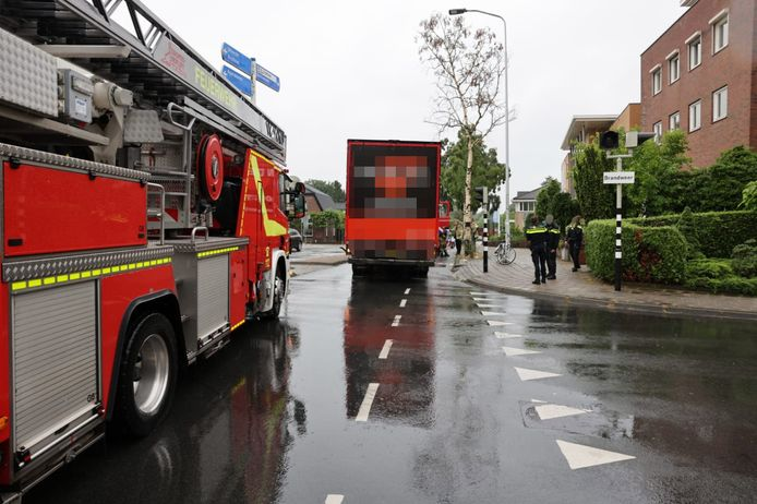 Hulpdiensten ter plaatse op de Klinkenbergerweg in Ede na de aanrijding tussen een fietser en een vrachtwagen.