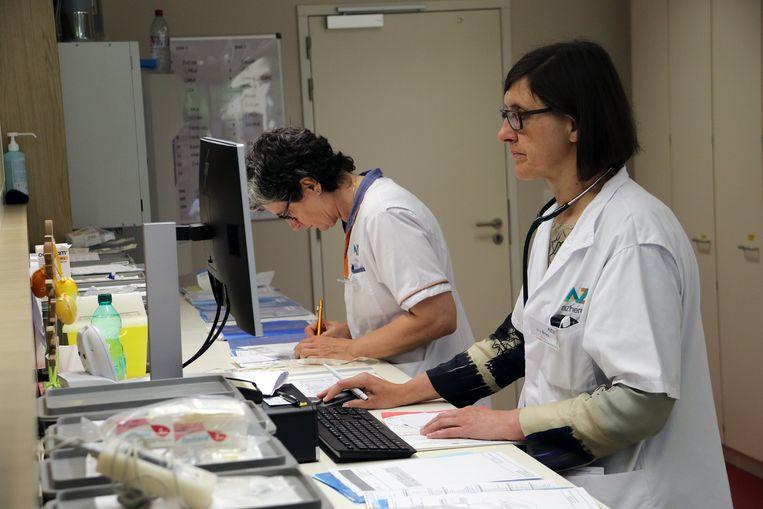 De administratie van de verpleegkundigen is recht tegenover de zaal, waardoor ze een goed zicht op de patiënten hebben.