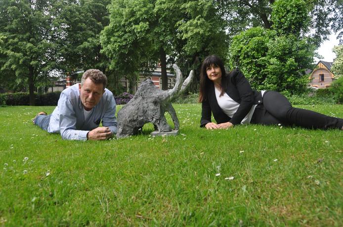 Initiatiefnemers Patrick Josso en Miriam Moleman met de kleine versie van Boris