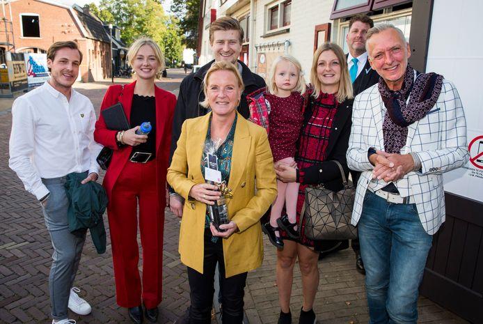 Maxime Meiland en haar partner Leroy staan links in beeld.