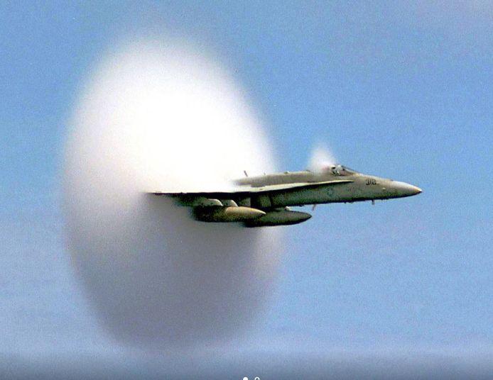 Een F18 die door de geluidsbarrière gaat. Boven Rivierenland zal deze manoeuvre met een F16 worden uitvoerd.