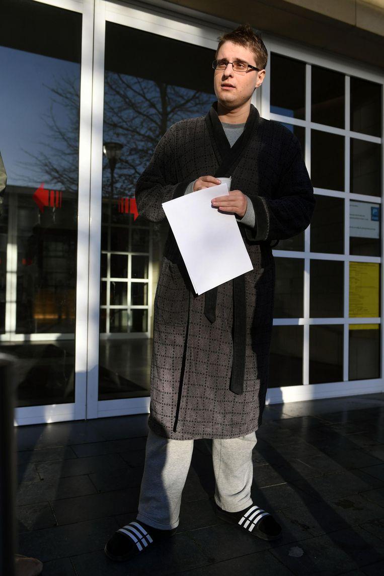 Student Philip Grabowski nam enkel zijn portefeuille en sleutels mee en belandde zo in kamerjas op het commissariaat.