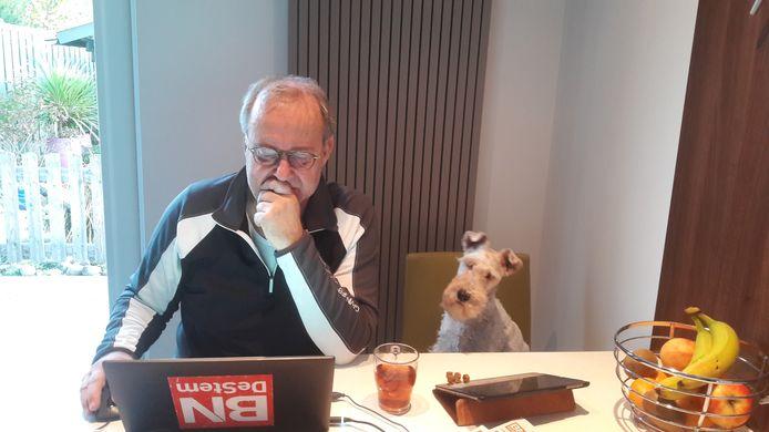 Bailey is het gewend om naast haar werkende baasje John Bas te zitten. John nam zijn hond tijdens weekenddiensten al mee naar de redactie waar de Foxterriër zich neervlijde naast de driftig tikkende verslaggever en columnist. Het geluid van het toetsenbord klinkt Bailey dus vertrouwd in de oren.