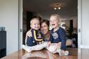 Moeder Anke Verweijen met haar dochter Robin en zoon Timo.