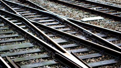 Onbekende man grijpt kleuter en springt ermee voor trein