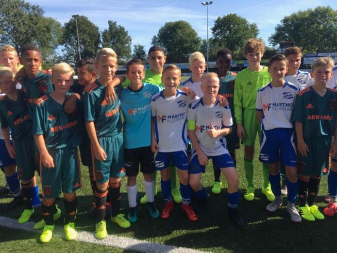 Spelers van Urk en Ajax