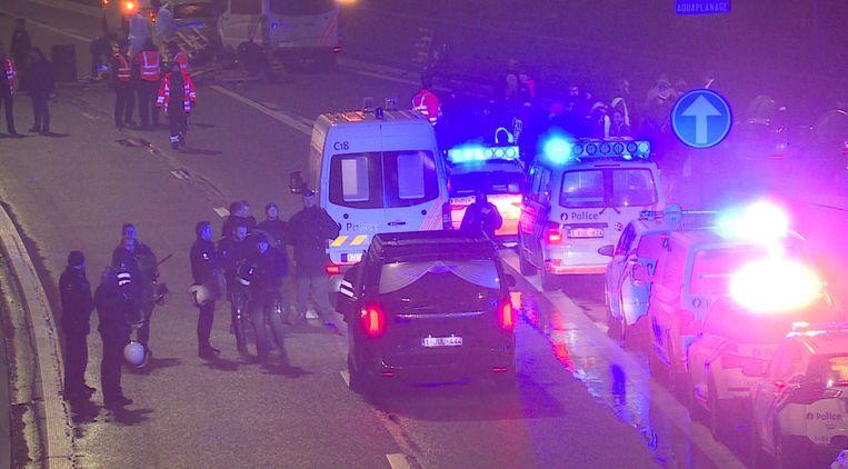 In Belgie is een man om het leven gekomen tijdens een wegblokkade door activisten in gele hesjes. Dat gebeurde op de E25, niet ver van de Nederlandse grens bij Eijsden. Het slachtoffer werd geschept door een vrachtwagen die doorreed en was op slag dood.  Beeld ANP