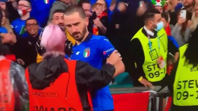 Scène cocasse à la fin d'Italie-Espagne: une steward confond Bonucci avec un supporter et l'empêche de revenir sur la pelouse