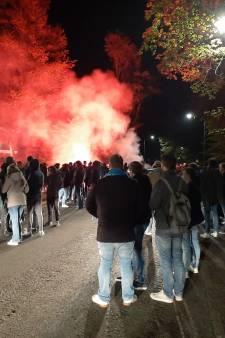 Honderden supporters wachten spelersbus De Graafschap op om spelers te steunen na teleurstelling in Amsterdam