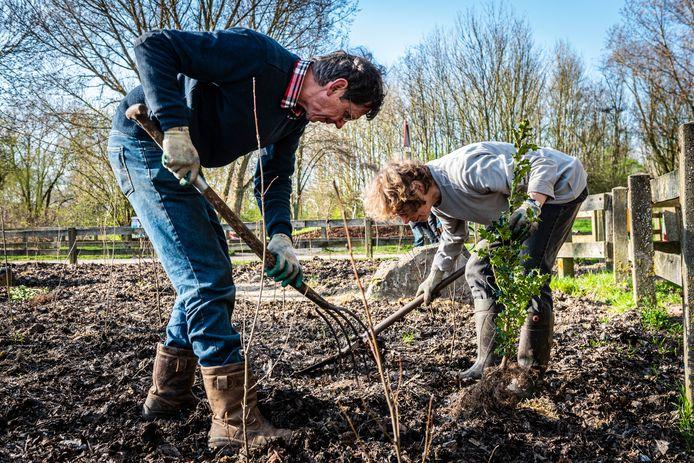 IVN-vrijwilligers Marja en Wim Dieho helpen bij de aanplant van een tiny forest.