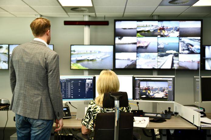 HMCC, het kloppende veiligheidshart van het haven- en industrieterrein Moerdijk. Links havenmeester Tim Steffens.