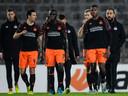 De PSV'ers Nick Viergever, Bruma  en en Denzel Dumfries (vlnr) druipen af in Linz.