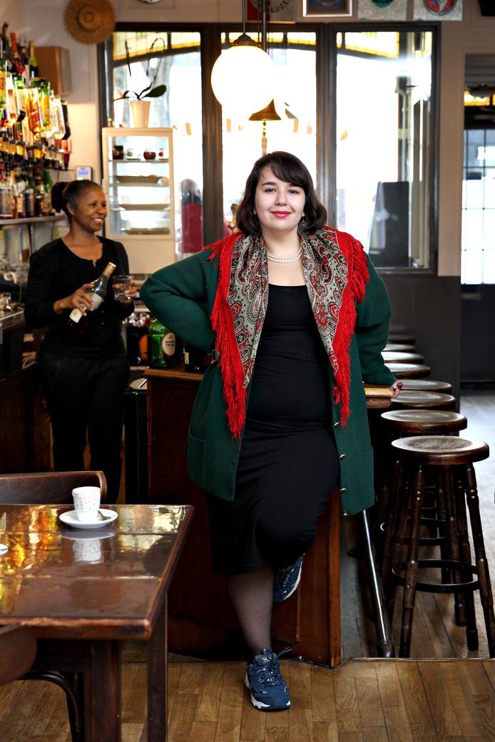 Joana Cavaco draagt een traditionele Portugese sjaal. Ze komt graag bij café Patricia op de Nieuwe Binnenweg waar veel Portugezen samenkomen als er voetbal wordt gespeeld.