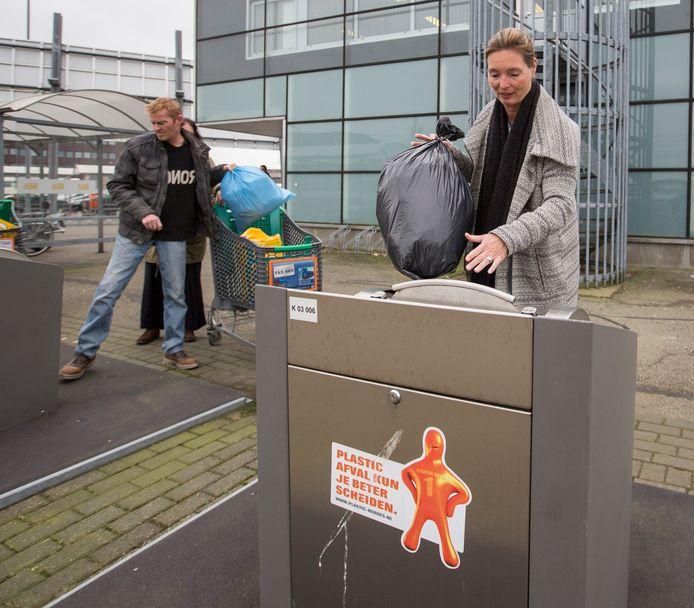 Veel Goesenaren brengen hun plastic tegenwoordig naar een daarvoor bestemde ondergrondse container, met minder restafval tot gevolg.