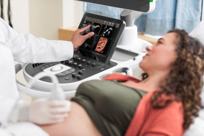 Onderzoek van zwangere vrouw met behulp van echo-apparatuur van Philips.