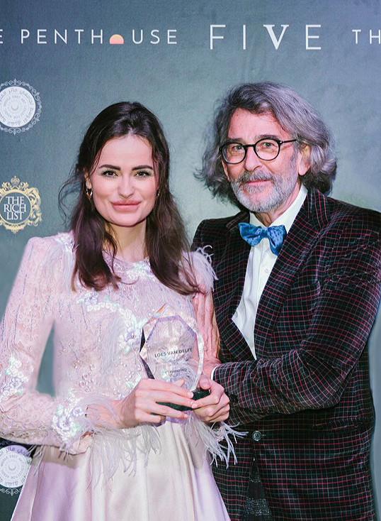 """Loes van Delft met de award, samen met haar trotse vader. """"Mijn vader heeft me vanaf het begin gesteund, altijd in mij geloofd. Hij is mijn rots in de branding."""""""