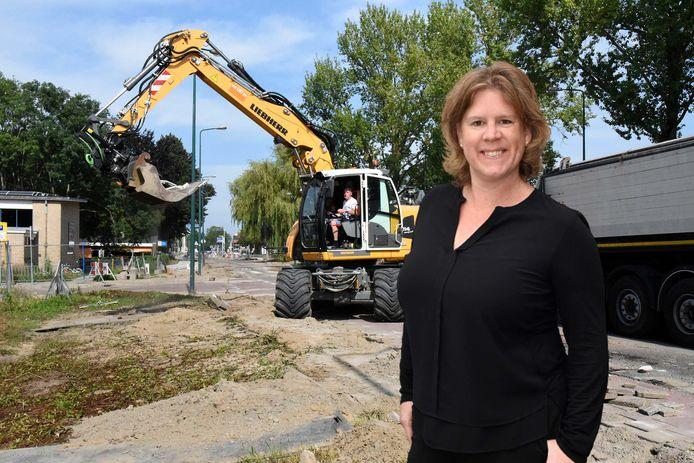 Columnist Daniëlle Pels, met op de achtergrond de werkzaamheden op de Boerendijk.