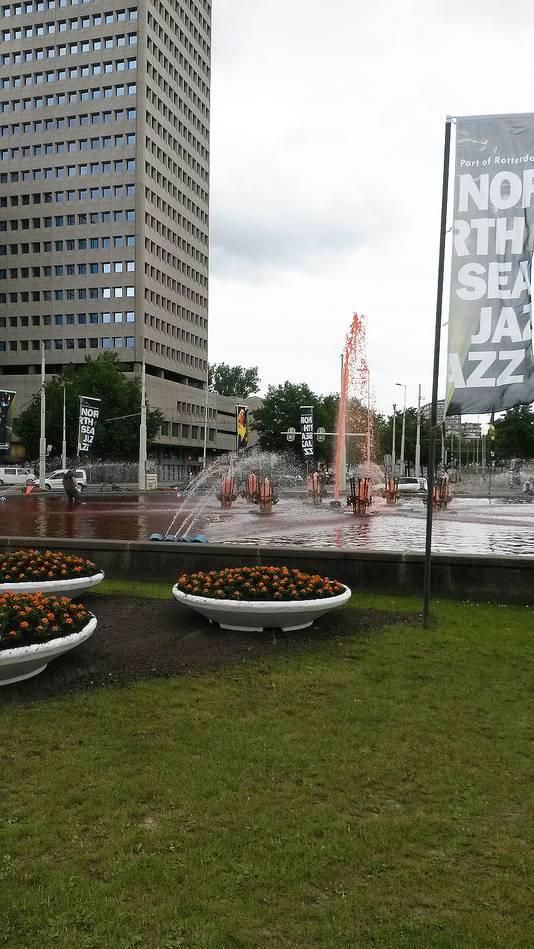 Het hart van de fontein spuit voor het eerst oranje. Omdat niet zeker was of het zou lukken, plaatste de gemeente plantenbakken met oranje Afrikaantjes voor het oranjegevoel.