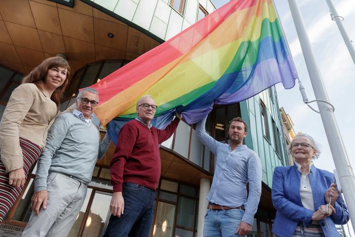 Volgens D66, GroenLinks en de VVD moet Zutphen Regenboogstad worden. Samen met het COC werken ze aan een voorstel om Zutphen een stukje kleurrijker te maken.  V.l.n.r: Ingrid Timmer, Cor Witbraad, Paul Woerlee, Viktor Boldewijn en Antje van Dijk.