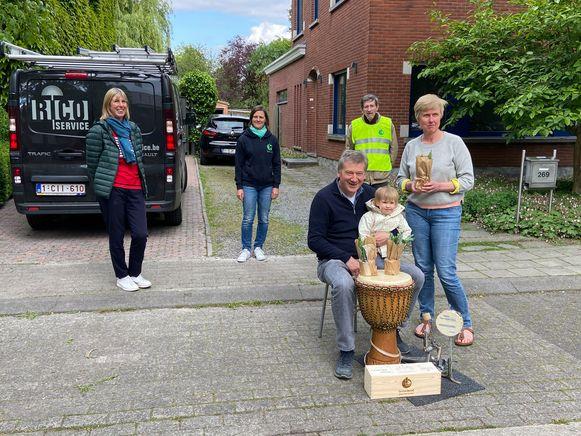 Frank Exelmans met Lieve Van Impe (uiterst links) en Christina Cop van de Gezinsbond (midden achteraan)