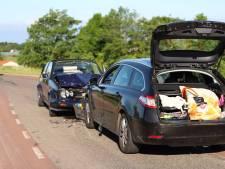 Auto's botsen frontaal in bocht op dijk bij Maurik