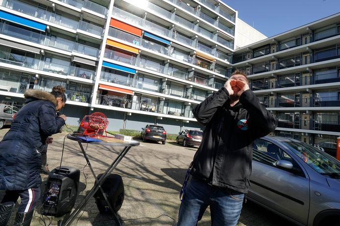 Balkonbingo voor bewoners van de Rentmeesterhof in Nijmegen.