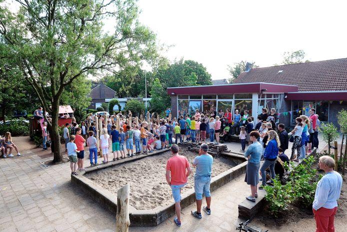 Het schoolplein van basisschool De Groene Ring aan de Schoolstraat in Duiven.