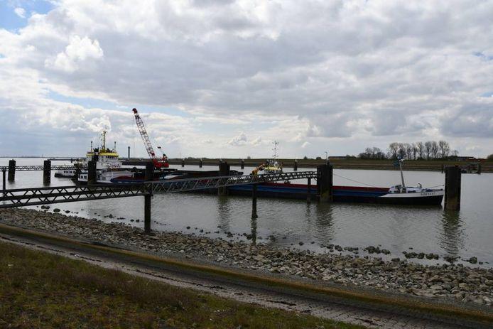 Vrachtschip de Sownent is donderdag naar de sluizen van Hansweert gesleept.