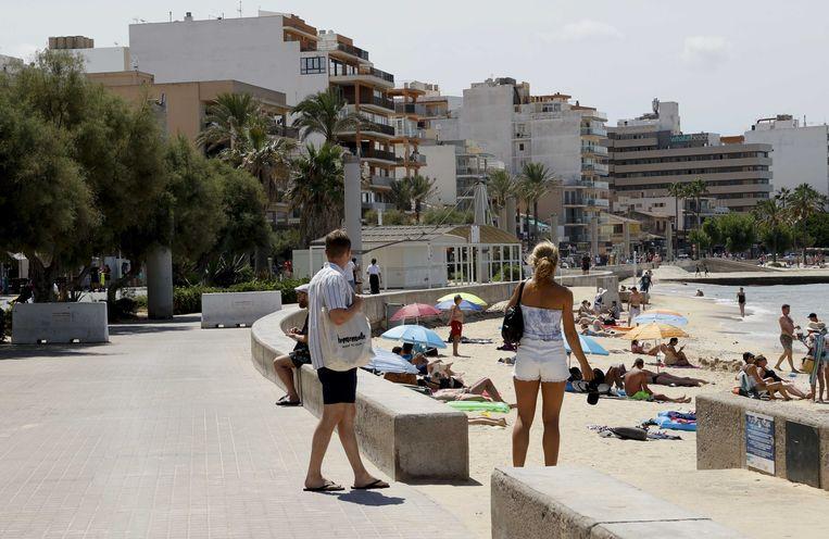 De boulevard in de badplaats El Arenal op Palma de Mallorca. In het uitgaansgebied van de badplaats vond een geweldsincident plaats waarbij een 27-jarige man uit Waddinxveen tegen het hoofd werd geschopt en later overleed.  Beeld ANP