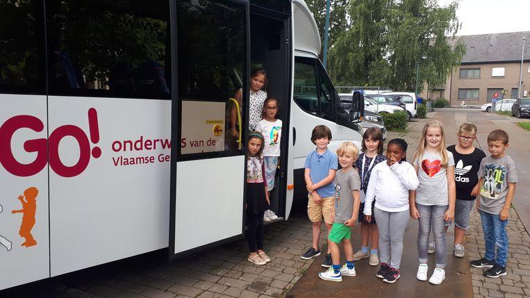De kleuters mochten als eerste mee met de schoolbus.