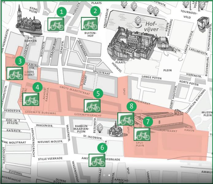 Het rode gebied is verboden terrein voor niet in een stalling geplaatste fietsen. De groene stippen zijn de acht bewaakte fietsenstallingen.