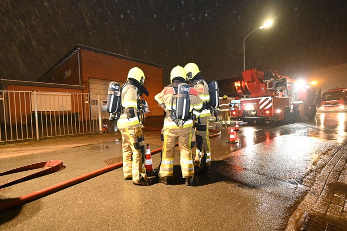 De brandweer is met veel personen aanwezig bij het pand in Weurt.