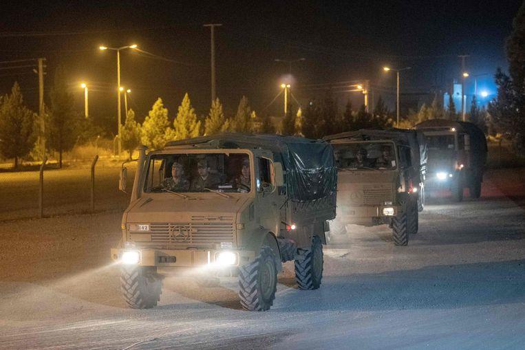 Turkse troepen op weg naar de grens met Syrië. Beeld AFP
