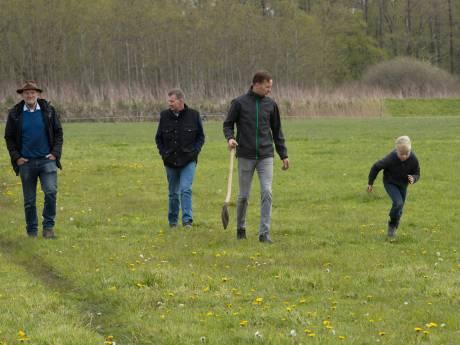 Burgers en boer binden strijd aan met zwerfafval in De Krim: 'anders gaan de koeien van Stan dood'