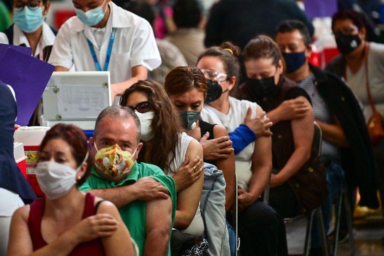 50-plussers in Mexico-Stad wachten op hun coronavaccinatie in een bibliotheek. Beeld AFP