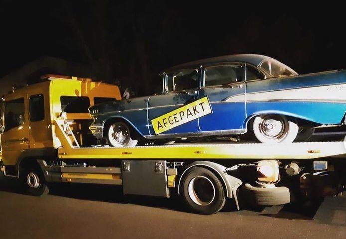 Een van de auto's bij de hennepkwekerij aan de Instraat in Budel.