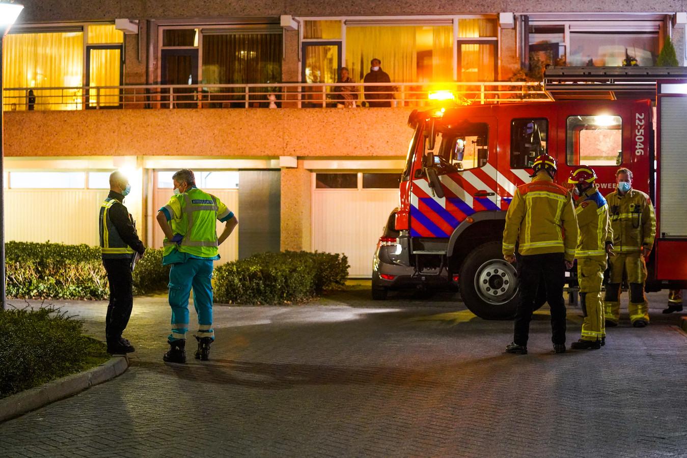 Twee medewerkers van het zorgcentrum zijn door ambulancemedewerkers nagekeken omdat zij rook binnen hebben gekregen.