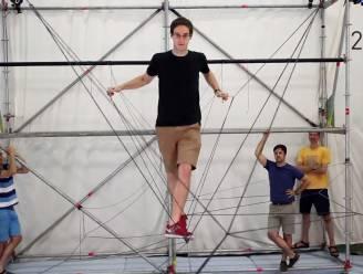 Kijk hoe drones een hangbrug bouwen waar je echt over kan lopen