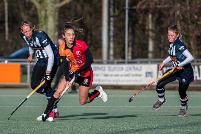 Laura Nunnink (Oranje-Rood, midden) in duel met Pien van Nes en Macha Sterk (HDM)