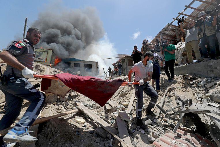 De ravage in Gaza na een van de Israëlische bombardementen in Gaza op 17 mei.  Beeld REUTERS