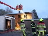 Het lijkt een brandweeroefening maar het is gewoon brandstichting: gelukkig in een leegstaande woning