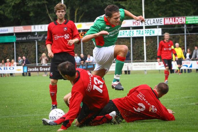 Boy van de Beek ontwijkt een dubbele tackle tegen Bemmel. Archieffoto: Erik van 't Hullenaar