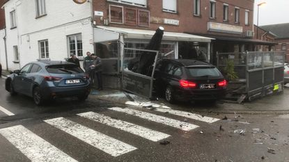 Wagen ontwijkt aanrijding en belandt op terras